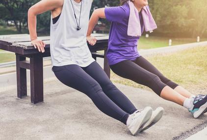 走る前に準備運動するカップル